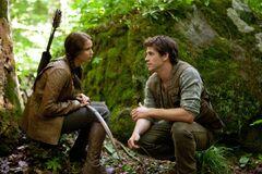 Katniss y Gale en el bosque.jpg