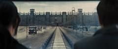 Katniss y Peeta observando el Distrito 11 desde el tren.png