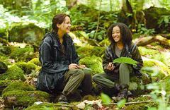 Katniss y Rue riendo.png