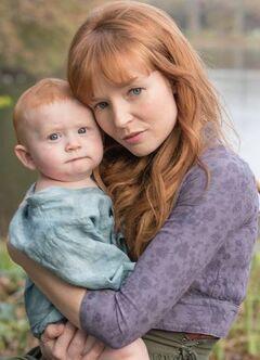 Annie Cresta junto a su hijo.jpg