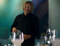 Haymitch sirviendose una copa.png