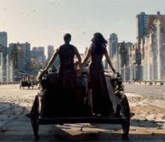 Katniss y Peeta en el desfile.jpg