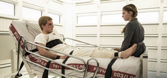 Prim hablando con Peeta durante su rehabilitación.png
