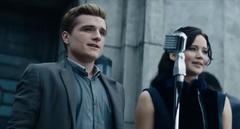 Peeta y Katniss dando su primer discurso.png