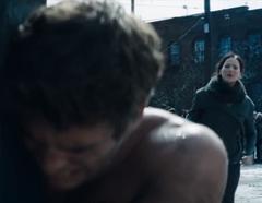Katniss viendo a Gale ser azotado.png