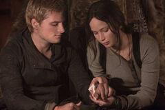 Katniss vendando a Peeta.jpg