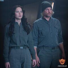 Katniss y Haymitch en Sinsajo.jpg