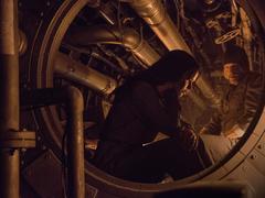 Katniss y Haymitch en un eje de ventilación del Distrito 13.png