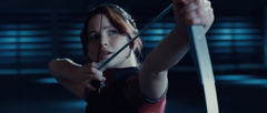 Katniss lanzando una flecha a los vigilantes.png