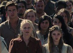 Gale, Prim y la Sra. Everdeen en la cosecha.jpg
