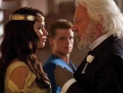 Katniss y Snow durante la coronación.jpg