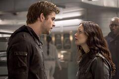 Katniss hablando con Gale en el Comedor.jpg