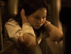Katniss recuperandose en el Hospital del Distrito 13.jpg