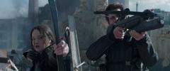Katniss y Gale disparando en el Distrito 8.png