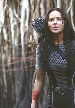 Katniss luego de que Johanna le sacara el rastreador.jpg