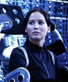 Katniss en un aerodeslizador.png