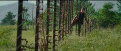 Katniss cruzando la valla.jpg