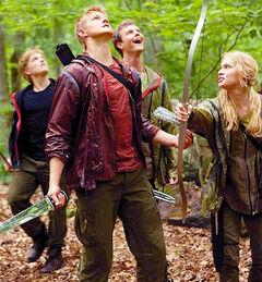 Los profesionales viendo a Katniss sobre el árbol.jpg