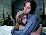 Abrazo Prim y Katniss