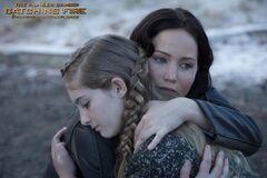 Prim y Katniss abrazadas.jpg