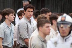 Gale mirando a Katniss.jpg