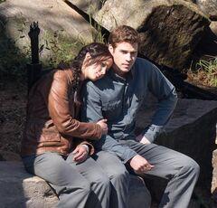 Katniss y Gale con los uniformes del 13.jpg