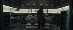 Gale viendo a Katniss recuperándose en el Distrito 13.png