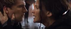 Katniss calmando a Peeta.png