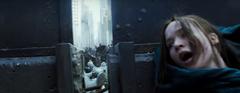 Katniss escondiéndose de los disparos.png