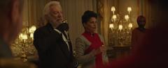 Presidente Snow y Egeria brindando.png