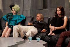 Effie, Haymitch y Katniss viendo los resultados.jpg