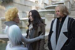 Katniss despidiendose de Effie.jpg