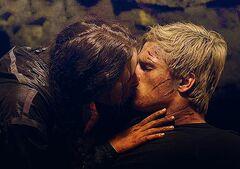 Katniss besando a Peeta por primera vez.jpg