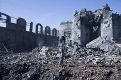 Katniss viendo el Edificio de Justicia destruído.jpg