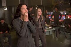 Katniss viendo la misión de rescate desde el Comando.jpg