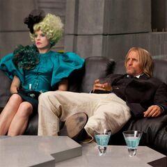 Effie y Haymitch mirando los resultados.jpg