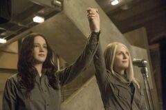 Still de Katniss junto a Coin.jpg