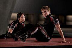 Katniss y Peeta en el Centro de Entrenamiento.jpg
