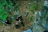 Катон целится из лука в Китнисс