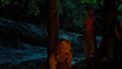 Andrea y Michonne acampando junto a los zombies domesticados.