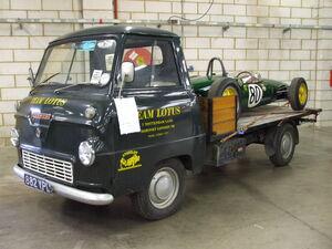 Thames 400E mit Lotus Rennwagen 2.jpg