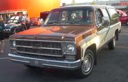 GMC Suburban Sierra Classic (Orange Julep)