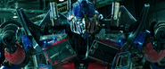 Optimus Prime aanschouwd de verwoesting van Sentinel Prime