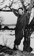 Gunnar Ekelöf under a tree