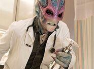 Resident Alien 1x02 002