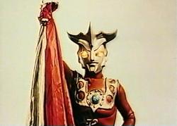 Ultraman Leo pegang Ultra Mantle.png