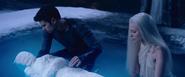 David place Sélène dans l'eau avec Lena 2