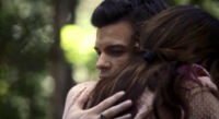 Hayley and Elijah hug 1x7..
