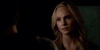 Caroline talking with Stefan 5x15