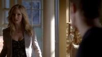 Caroline talking with Stefan in 4x8.
